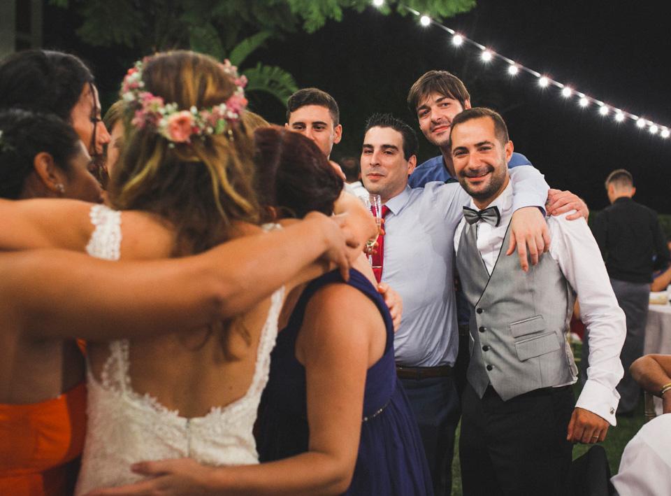 58-alegria-abrazos-novios-y-amigos