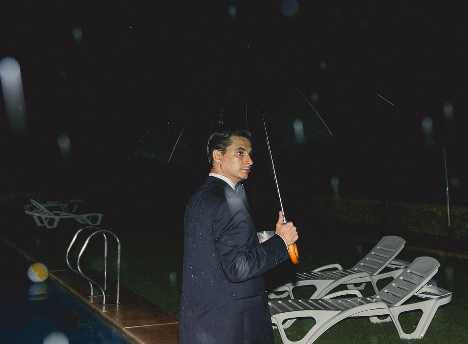 60 invitado bajo la lluvia en fiesta