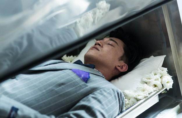 吳慷仁躺在布滿鮮花的冰櫃扮屍體
