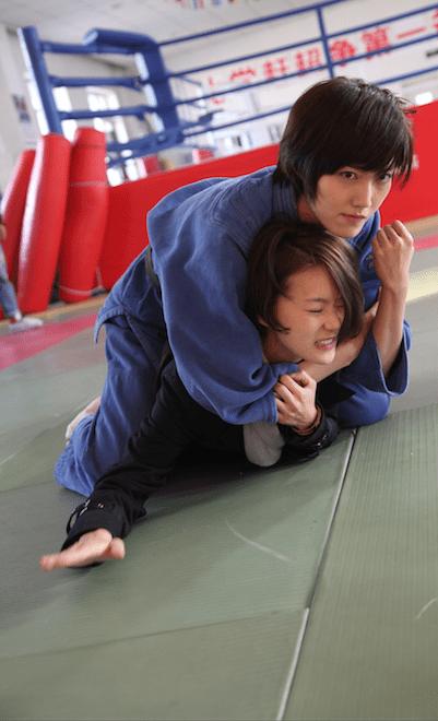 鍾瑶在《替身》一劇中,被盧婕施以柔道頭技、腳技等招式攻擊,兩人因此擦出愛火。圖:三映電影提供