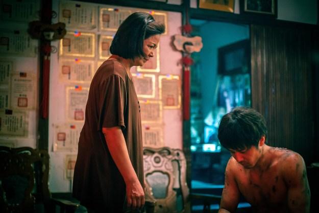 《寒單》楊貴媚(左)眼見兒子胡宇威(右)當肉身寒單滿身傷痕,痛心責備不捨_想亮影藝提供