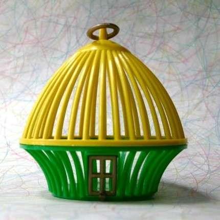 Las jaulas de grillos de plástico se componen de cuatro piezas: Una parte superior, una base, una arandela para colgarla y una pequeña puerta.