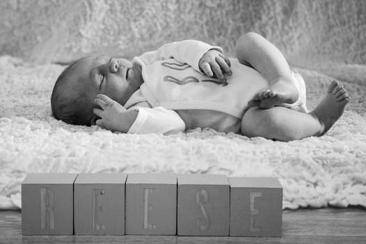 Photographie de naissance à domicile autour de clermont-ferrand par un photographe professionnel. Photo noir et blanc d'un très jeune bébé.