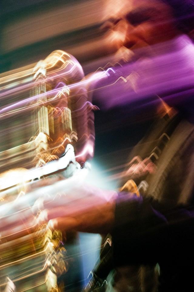 Photographie du saxophoniste Franck Pilandon sur scène.