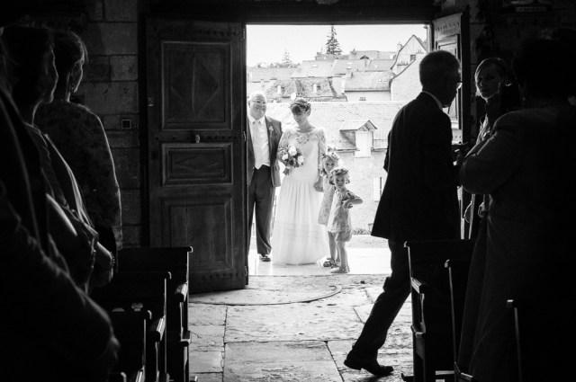 Instant suspendu de la mariée avec son père avant d'entrer dans l'eglise pour la cérémonie du mariage.