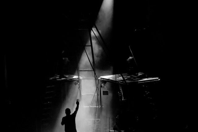 Photo noir et blanc d'ambiance sur un concert des ogres de barback.
