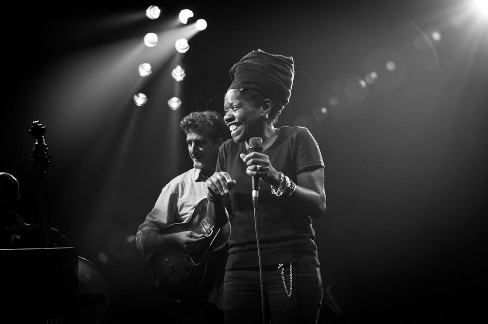 Photographie noir et blanc de la chanteuse de jazz américaine Catherine Russell au festival Jazz en Tête en 2013.