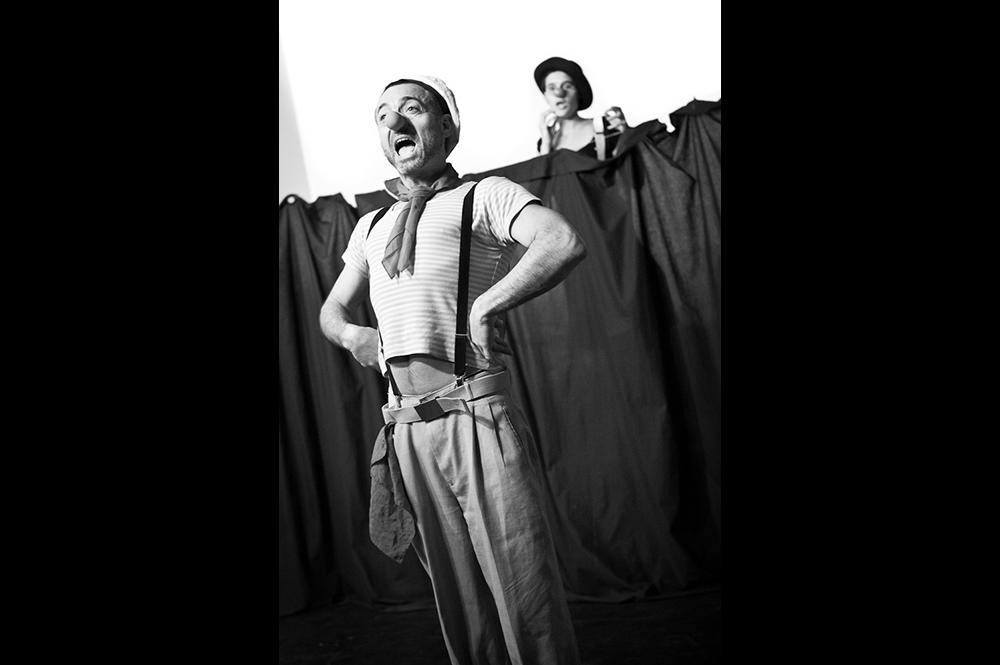 Photographie professionnelle de théâtre : une troupe de clowns interprète roméo et juliette