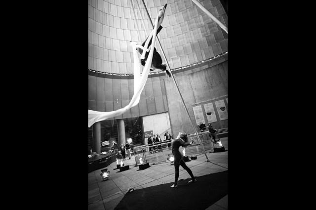 Spectacle de ruban aérien à Vulcania pendant un séminaire d'une banque, photo par un photographe professionnel d'événementiel à clermont-ferrand.