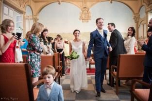 Sortie des mariés après la cérémonie civile à la mairie de clermont-ferrand en auvergne. Photographie professionnelle en couleur.