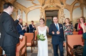 Entrée de la mariée au bras de son père à la mairie de clermont-ferrand sous les applaudissements des invités.