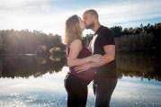 Photo de couple durant une séance photo en extérieur de grossesse au lac de la cassière près d'aydat par un photographe professionnel de clermont-fd. © Fanny Reynaud