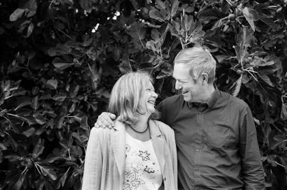Portrait d'un couple d'âge mûr au regard tendre et complice, toujours très amoureux. Photographie professionnelle en noir et blanc réalisée en extérieur en lumière naturelle. © Fanny Reynaud photographe de portrait à Clermont-Ferrand.