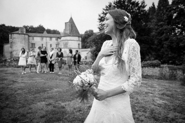 Mariage au chateau des martinanches à st dier d'auvergne. le lancer du bouquet.photographe professionnel de clermont-ferrand