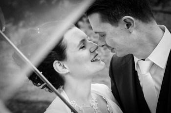 mariage-couple-photo-sous-parapluie