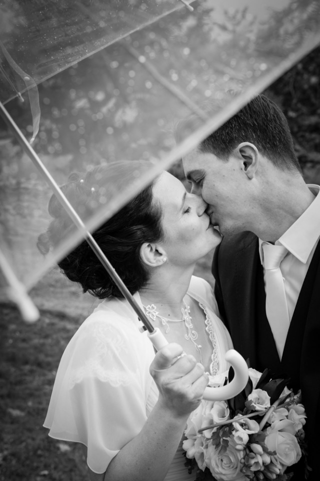 photo-couple-mariage-parapluie
