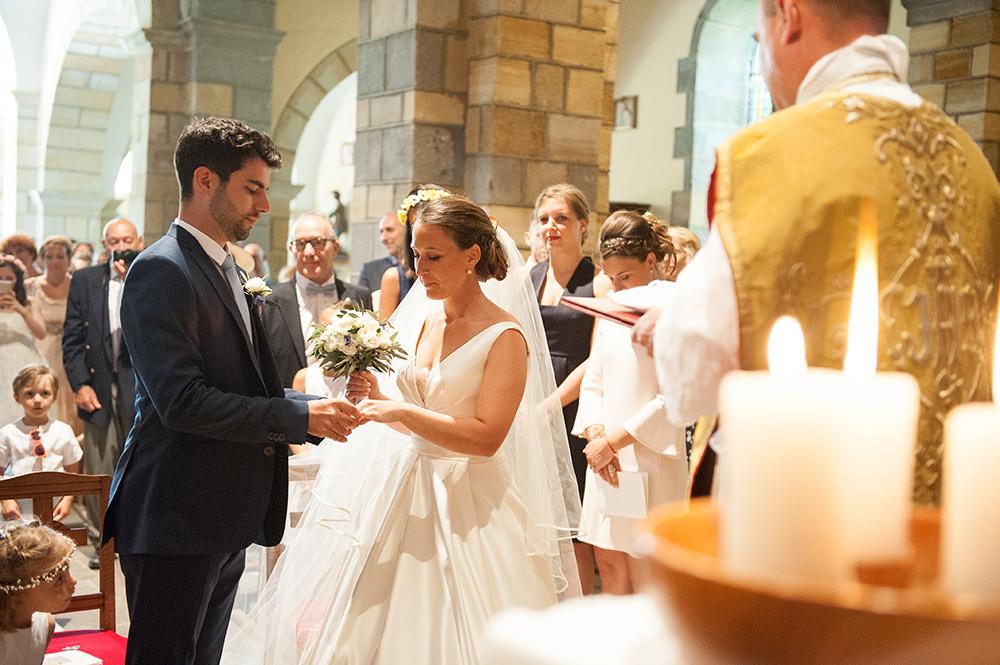 Passage des alliances sur un mariage à l'eglise d'orcet dans le puy-de-dome.