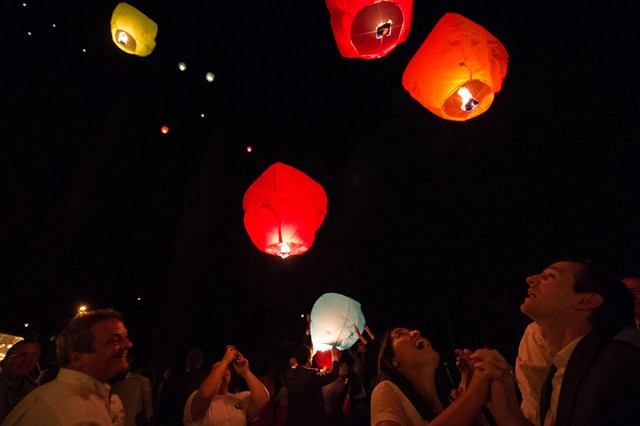 Lâcher de lanternes volantes chinoises sur un mariage en auvergne.
