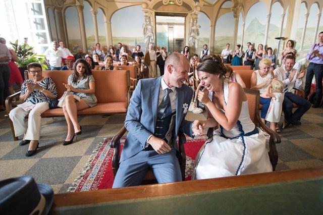 Eclats de rire de bonheur des mariés à la mairie de clermont-ferrand, 63.