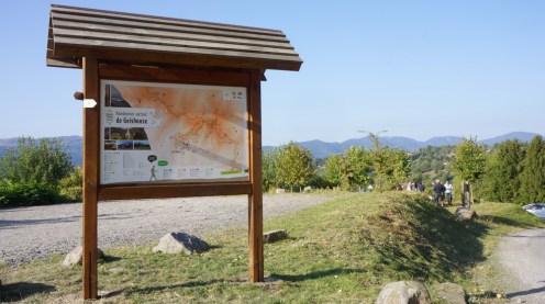 Photo du panneau de radonnées au départ du parking des randonneurs à Geishouse