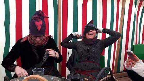 Zwei Frauen haben Spaß in den Trachten