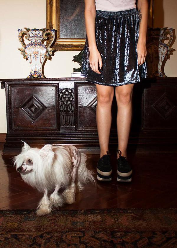 Falda de terciopelo y crop top rosa de Topshop, zapatos DKNY