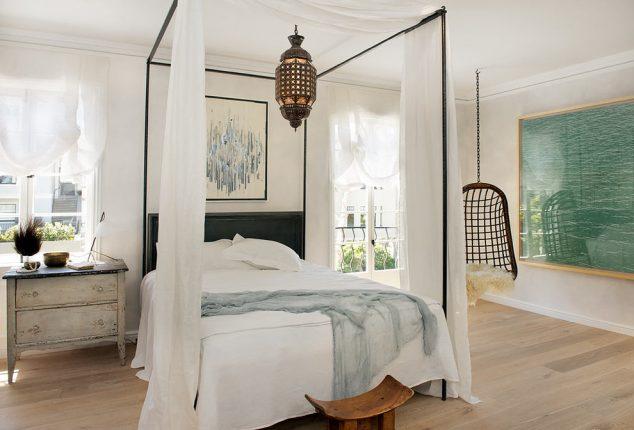 colgando sillas para habitaciones utilizadas para dormitorio ecléctico con mesita madera envejecida 634x430 15 Hamaca cubierta y columpios relajante para olvidarse de las cosas malas