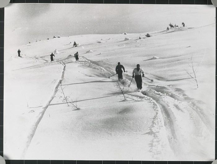 kam_002636_nostalgie-kitzbuehel-skifahrer_archiv-bergbahn-ag-kitzbuehel