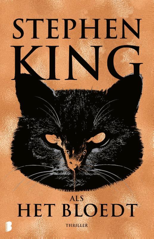 """Een must voor Kingfans!<em>Als het bloedt</em>bevat vier gloednieuwe verhalen vande meester van de horror en suspense. Naast het titelverhaal<em>Als het bloedt</em>, met oude bekende Holly Gibney in dehoofdrol, bevat deze bundel ook de verhalen<em>De telefoon van meneer Harrigan</em>,<em>Het leven van Chuck</em>en<em>Rat</em>.  <em>Als het bloedt</em>  Om 10 uur wordt er een pakketje afgeleverd op de Albert Macready-basisschool. Om tien voor half 3 explodeert het pakketje, met tientallen dodelijke slachtoffers als gevolg, het merendeel kinderen. Als Holly -Gibney het nieuws op het journaal hoort, gaan haar -nekharen overeind staan. Ze is ervan overtuigd dat de nieuwslezer ietsmet de gruwelijke aanslag te maken heeft. Maar wat?  <em>De telefoon van meneer Harrigan</em>  Craig is een eenzame tiener. Zijn enige vriend is meneer Harrigan, een oude man die hem een luisterend oor biedt. Als meneer Harrigan onverwachts overlijdt, raakt Craig in een diep dal. Op zoek naar troost blijft hij zijn vriend bellen en zijn voicemail inspreken. Op een dag vertelt Craig dat hij op school wordt gepest. Maar als hij de volgende dag op school komt, is depestkop spoorloos verdwenen…  <em>Het leven van Chuck</em>  Marty Anderson is op weg naar zijn werk. Hij wordt daarin enigszins belemmerd door het feit dat de wereld vergaat. Delen van California verdwijnen in zee door aardbevingen en het aantal zelfmoorden looptmet de dag op. Dan verschijnen er overal billboards, posters en advertenties opgedragen aan Charles """"Chuck"""" Krantz die hem bedanken voor 39 geweldige jaren in dienst. Wie is deze Chuck? En kan het einde van de wereld nog worden afgewend?  <em>Rat</em>  Drew Larson heeft een nieuw verhaal in zijn hoofd dat móét worden uitgewerkt. Om in alle rust te kunnen schrijven, vertrekt hij naar de afgelegen hut van zijn overleden vader. Zijn vrouw en kinderen wachten thuis gespannen af. De laatste keer dat Drew een verhaal kwijt moest, kostte hem dat bijna zijn verstand. Dit keer lijkt alle"""