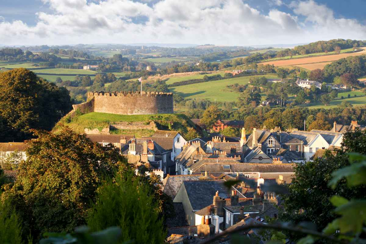 panorama-of-totnes-town-with-castle-places-to-visit-in-devon