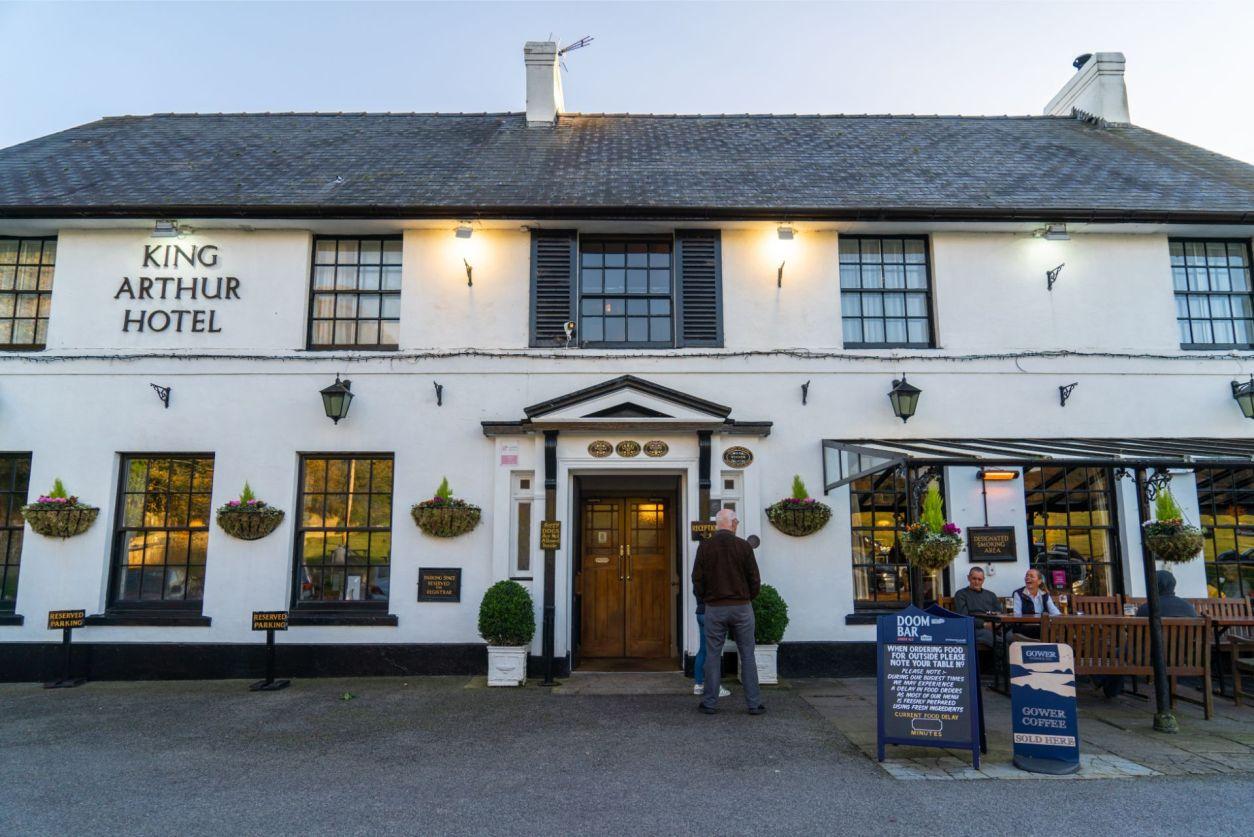 traditional-british-pub-and-hotel-king-arthur-hotel-reynoldston-the-gower-wales