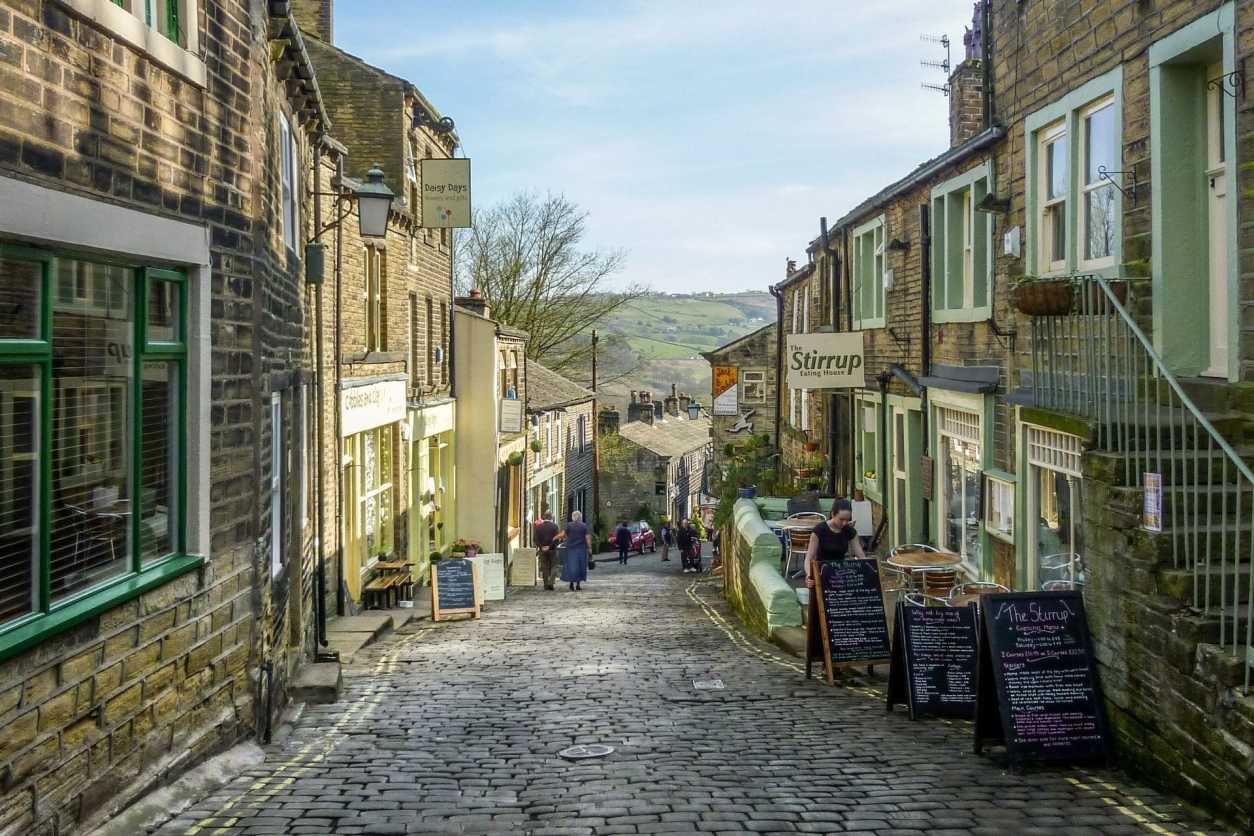 cute-historic-northern-town-cobbled-streets-and-shop-fronts-haworth-england-uk-day-trips-from-leeds
