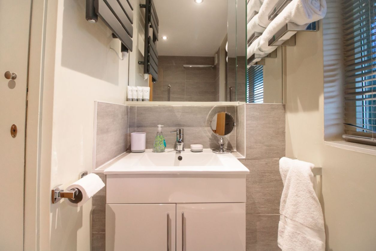 modern-bathroom-in-holiday-accommodation-room-decor-wills-tree-house-treehouse-breaks-uk