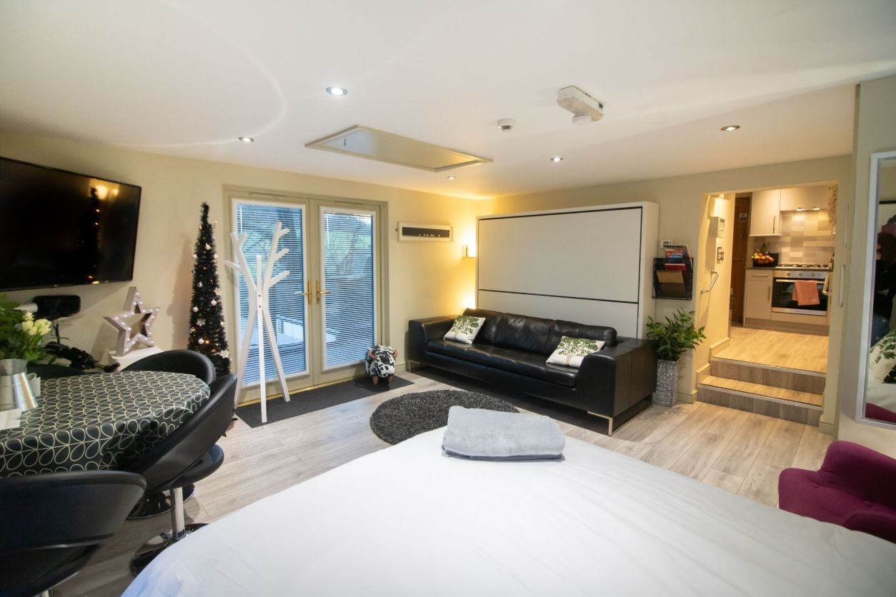 modern-bedroom-living-room-and-dining-room-in-holiday-accommodation-room-decor-wills-tree-house-treehouse-breaks-uk