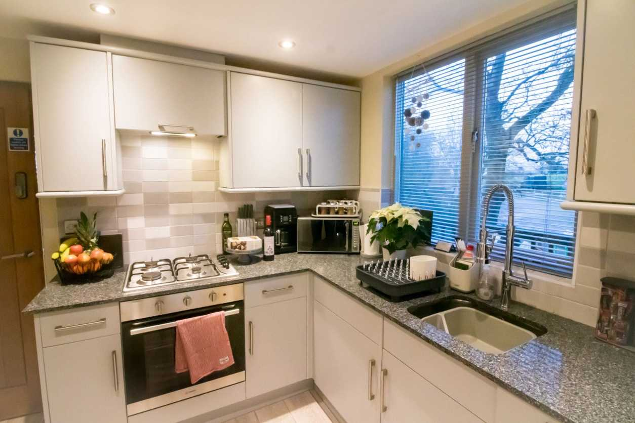 modern-kitchen-in-holiday-accommodation-room-decor-wills-tree-house-treehouse-breaks-uk