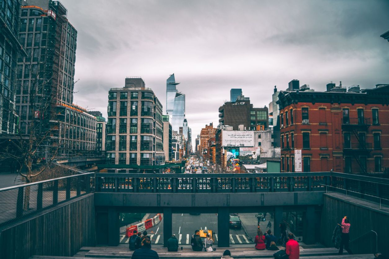 people-sat-down-on-steps-admiring-a-busy-manhattan-street-from-the-end-of-the-high-line-tips-for-visiting-new-york-city-for-the-first-time