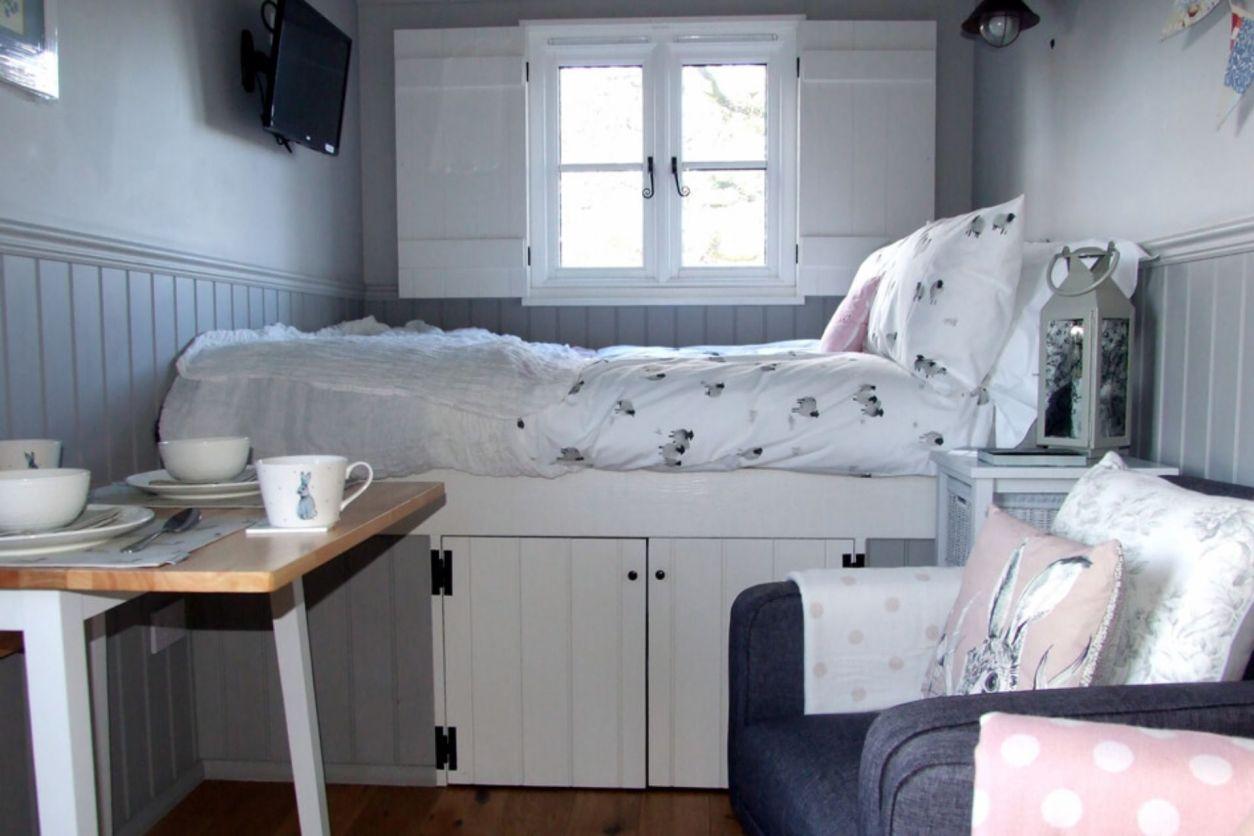 cream-bed-inside-shepherds-hut-poachers-hut-stirlingshire