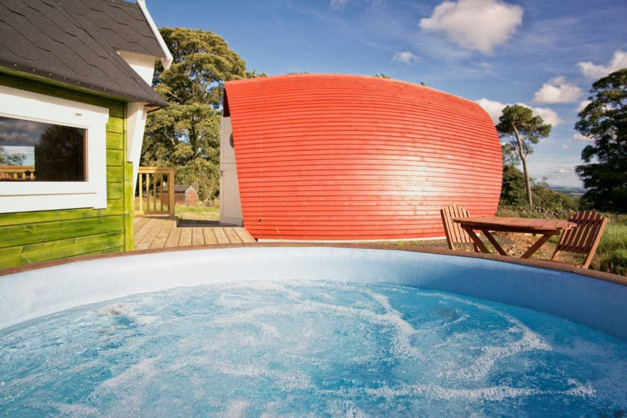 hot-tub-to-the-side-of-red-glamping-pod-rowan-pod-scottish-borders-glamping-with-hot-tub-in-scotland