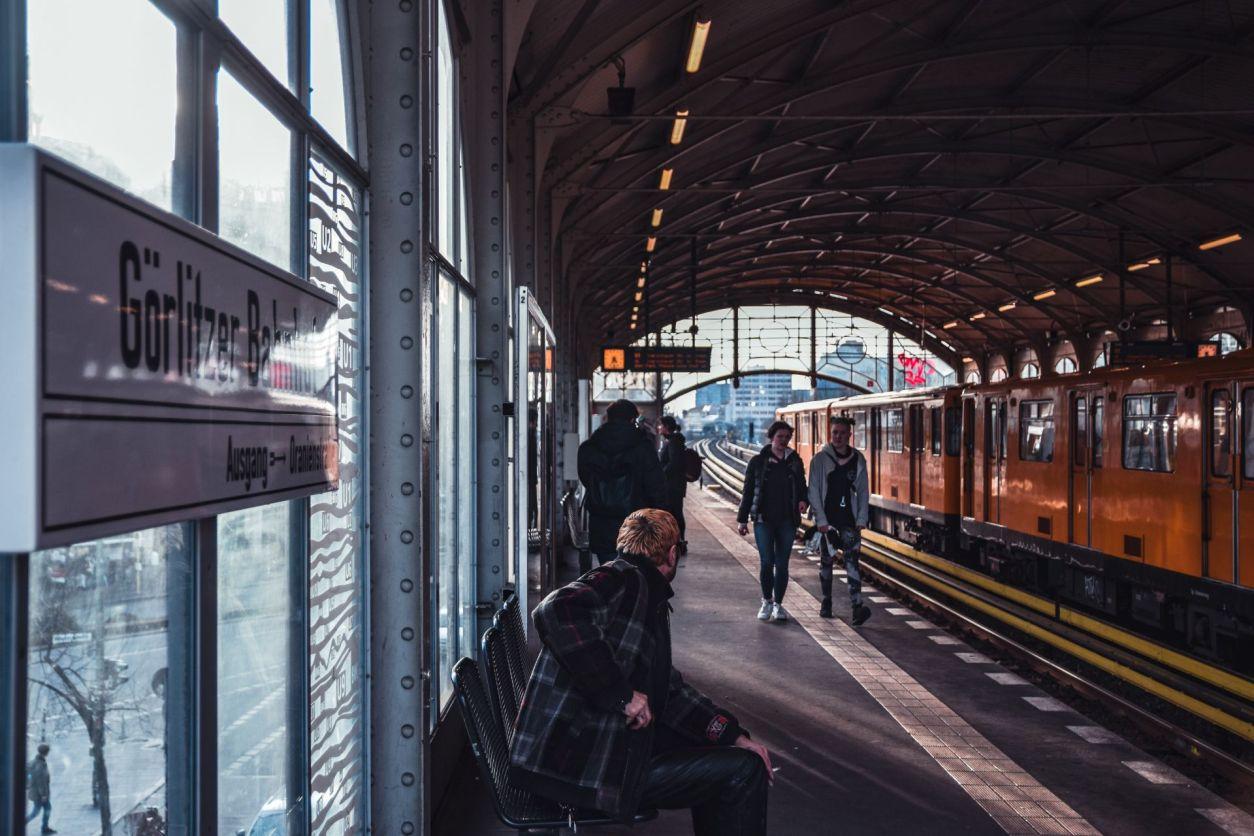 people-waiting-at-train-platform-in-european-station-interrailing-tips