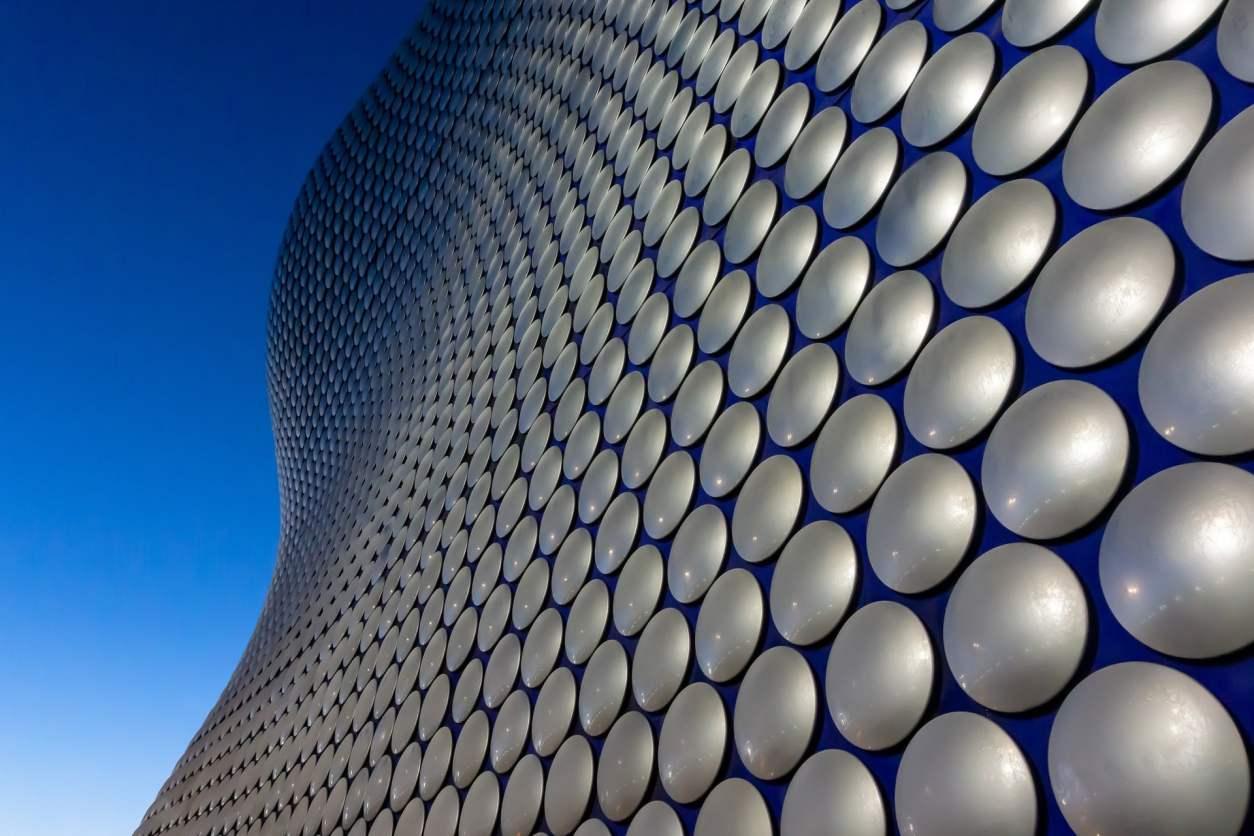 circular-exterior-of-the-bullring-shopping-centre-birmingham-against-blue-skies