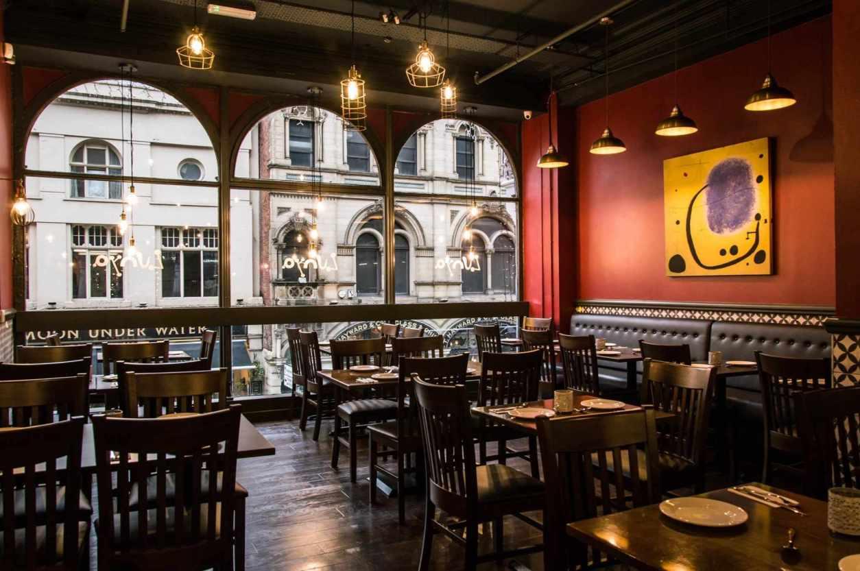 empty-tables-in-second-floor-of-restaurant-lunyalita