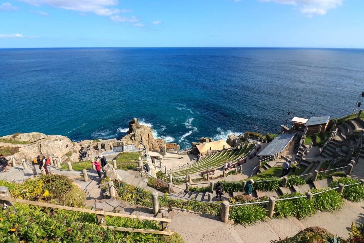 theatre-on-cliff-edge-going-into-blue-sea-the-minack-theatre-cornwall-hidden-gems