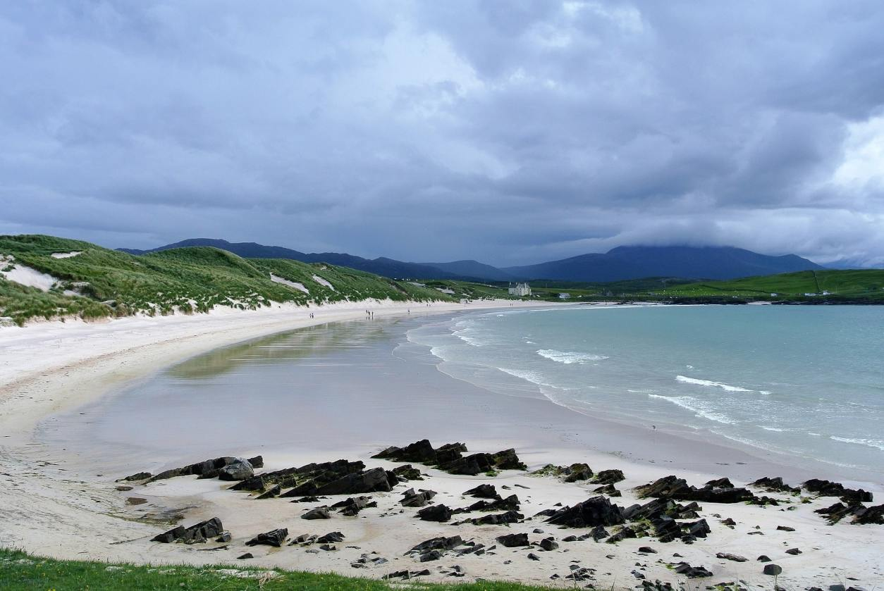 white-sand-beach-with-sand-dunes-in-background-in-durness