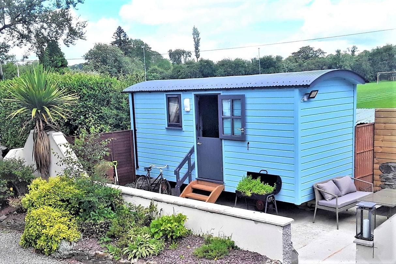 blue-shepherds-hut-in-grangecon-county-wicklow