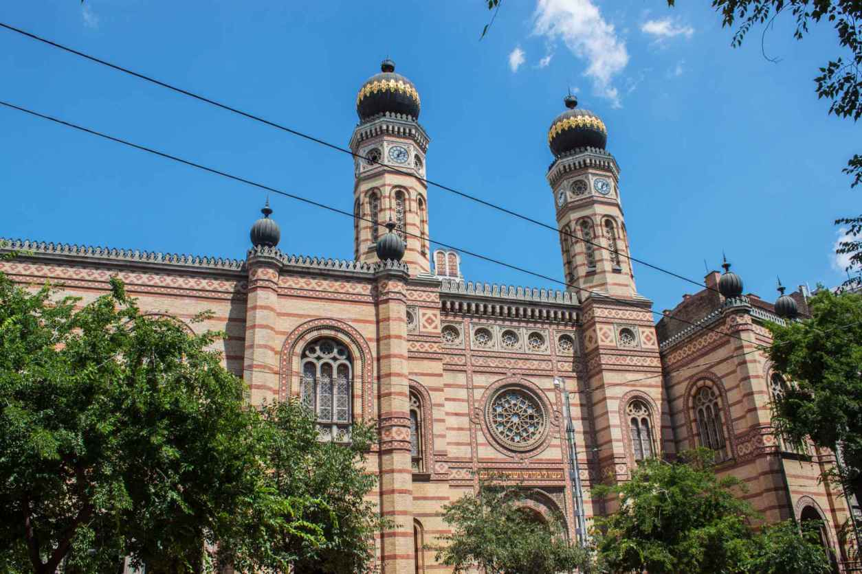 great-synagogue-in-the-jewish-quarter-on-a-sunny-day-with-blue-skies-4-days-in-budapest-itinerary