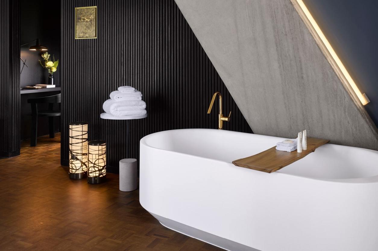 large-bathtub-in-japanese-themed-nobu-hotel-quirky-london-hotels