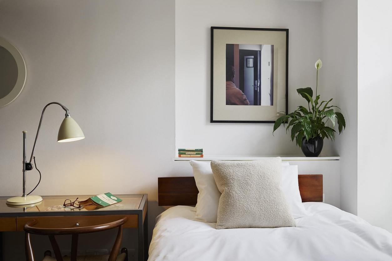 minimalist-bedroom-at-myhotel-bloomsbury