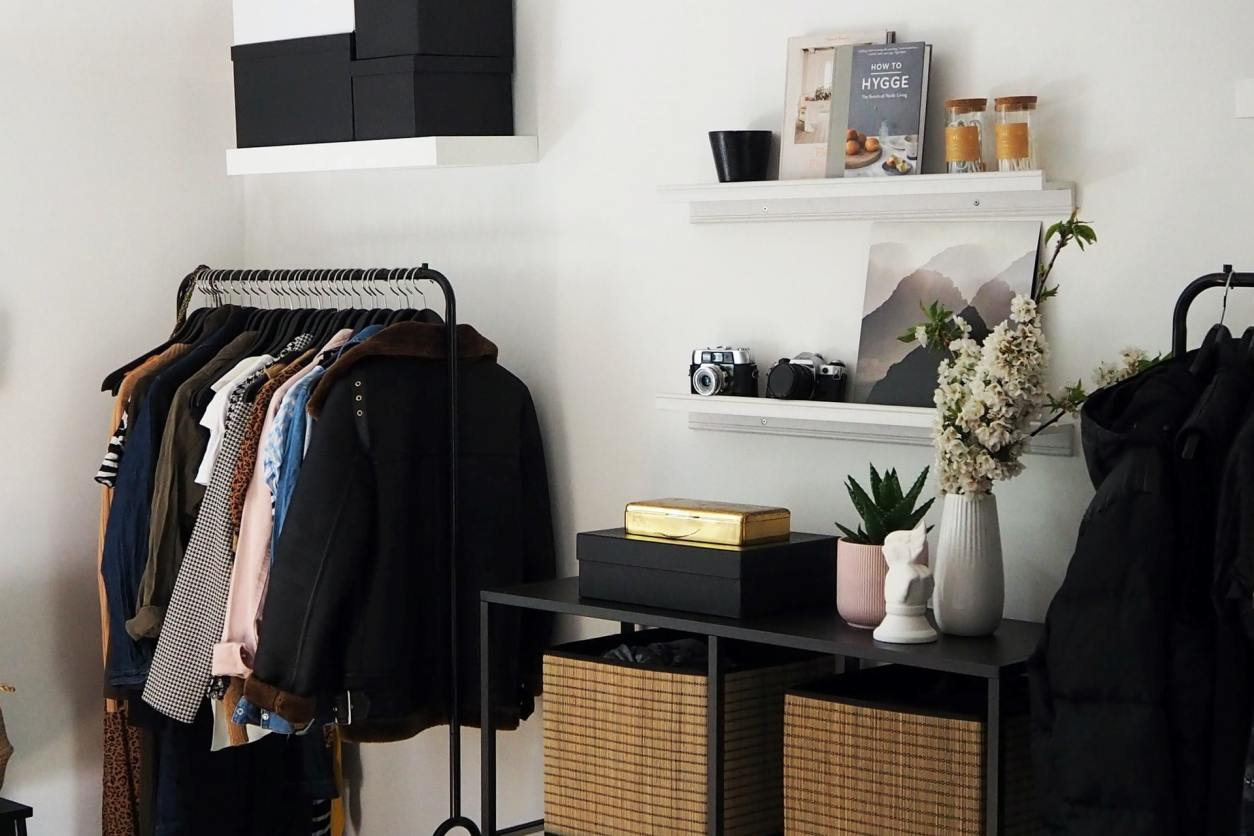 minimalist-black-and-white-bedroom-with-clothes-rack-shelves-and-drawers