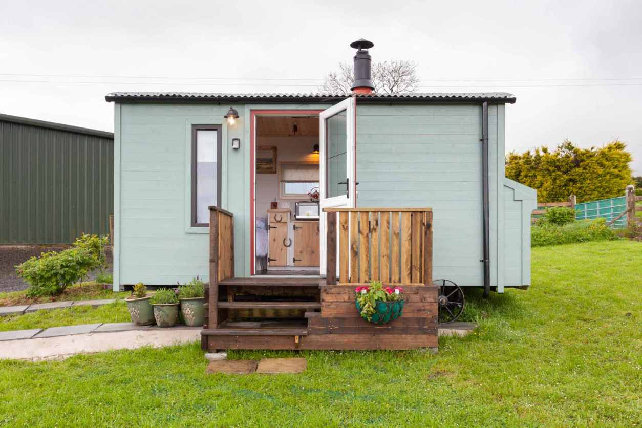 mint-portview-farm-the-clydesdale-shepherds-hut-in-green-field-glamping-northern-ireland