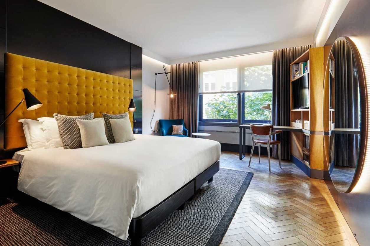 modern-minimalist-hotel-room-at-the-hoxton-shoreditch